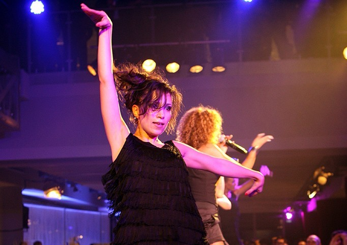 Als Backgroundsängerin bringt Alexia Assad ein beeindruckendes Showelement mit auf die Bühne