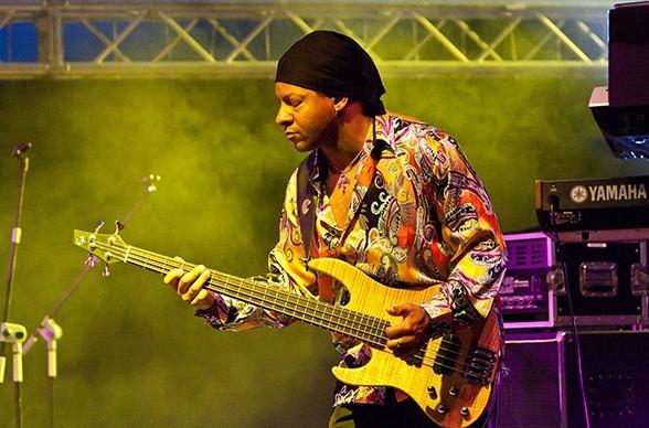 Bandmitglied Alvin Mills sprüht vor Energie auf der Bühne