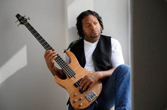 Alvin Mills ist ein Virtuose am Bass