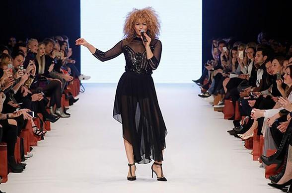Sänger Diana Schneider singt auf dem Catwalk der Fashion Week
