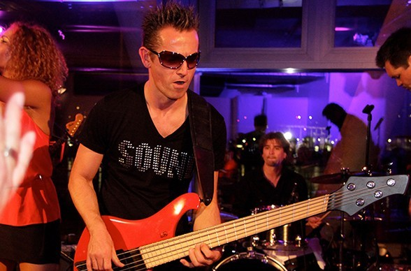 Bassist Frowin Superfro Ickler ist Bandmitglied der StreetLIVE Family