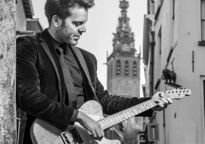 Gitarrist und Sänger Jordie Repkes mit seinem Instrument