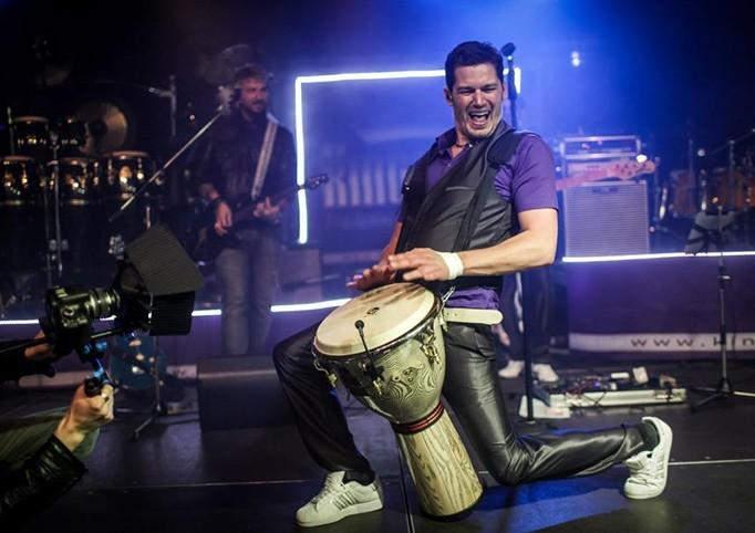 Der Schlagzeuger Michael Meier spielt in der Partyband StreetLIVE Family