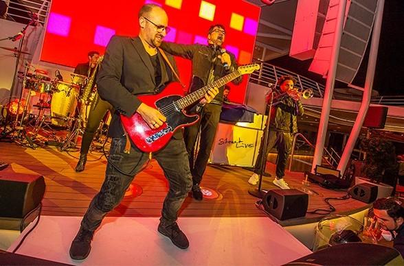 Patrick Lemm spielt an der Gitarre und Sänger Joe Whitney vor großem Publikum.
