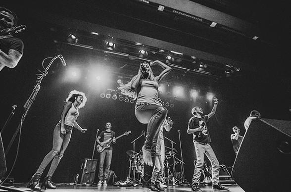 Die Partyband in Frankfurt heizt dem Publikum von der Bühne aus richtig ein.