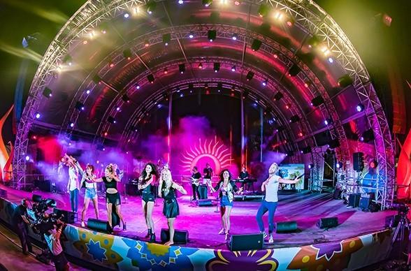 Auf einer riesigen Bühne sprüht die Band The StreetLIVE Family voller Energie