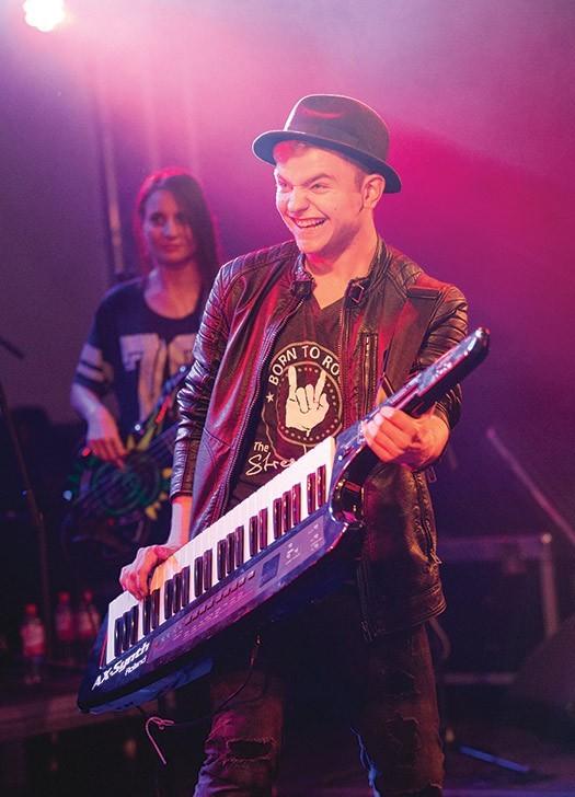 Keyboarder Tim Eden spielt zusammen mit der Liveband The StreetLIVE Family